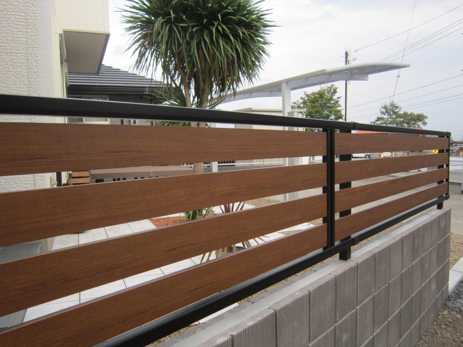 境界のフェンスはYKK製.ルシアスフェンスF04型!