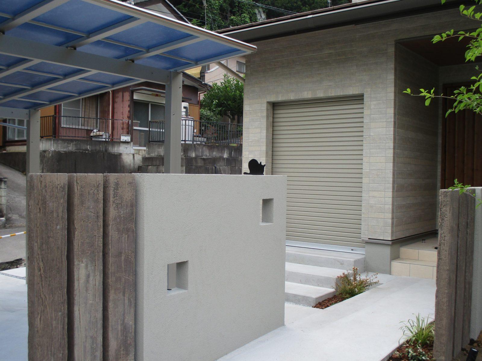 コンクリート製枕木を目隠し及びフォーカルポイントとして使用。